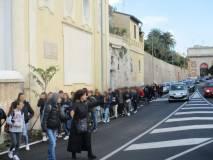 Folto gruppo in arrivo, in aiuto della prof. Diamantini ... fermiamo il traffico