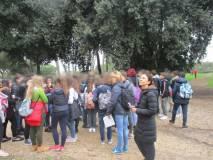 """La III C sul viale """"Battaglione della Speranza"""", sulla destra la prof. Livia Rinaldi"""