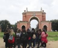 Daniela Donghia spiega alla III C l'Arco dei Quattro Venti costruito sui ruderi di Villa Corsini