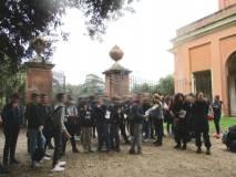 Daniela Donghia mostra e spiega alle due classi la Villa anche detta dell'Algardi, ben visibile seppure a distanza