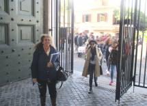 Noemi entra al Museo , seguita dalla prof.ssa Daniela di Paolo