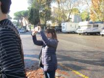 La prof.ssa Elisabetta Puce fotografa il gruppo e l'alunna che legge il pannello illustrativo