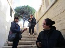 Scendono nella cripta l'assistente Sara Marocchi, e le proff. Elisabetta Puce e Claudia Sotgiu