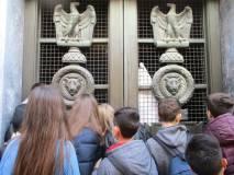 L'imponente portale bronzeo è chiuso e l'acceso al Sacrario è rinviato