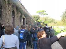 Eccolo il cannone e intanto la prof. Claudia Sotgiu guarda Roma