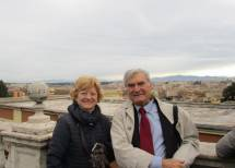 La prof.ssa Mariella Valiani con Enrico Luciani davanti al fontanone