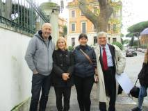 Due australiani in foto con la prof.ssa Pierfranca Di Battista e Enrico Luciani