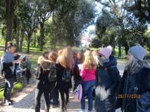 Sul viale del 3 giugno una ragazza legge l'ESERCITO della Repubblica romana
