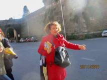 Daniela Donghia guida il gruppo verso le mura del settimo bastione