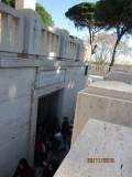 Al Mausoleo si cerca di veder qualcosa dalla cripta, ancora chiusa per restauror