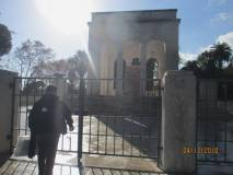 Si parla dei Caduti (1849-1870) davanti al Mausoleo oggi chiuso
