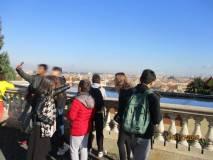 L'insegnante Giorgiana Sabatini indica il panorama di Roma mentre taluni fanno un selfie