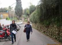 Alessandro Sgroi e la prof.ssa Concetta Cogliandro verso l'ottavo bastione: alle loro spalle Villa Sciarra