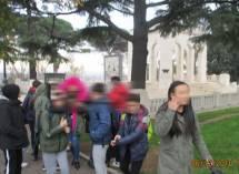 Il gruppo lascia il Mausoleo, in testa Cin cin, aiutante assai volenterosa