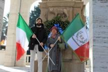 Anna Christian Di Carlo, del Museo storico dei bersaglieri, in foto con Marco Valerio Solìa e le bandiere