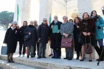 Foto ricordo, da sinistra: Noemi, Mariapaola, Ivana, Roberto, Massimo, Mario Di Napoli, Enrico (Giovanna alle spalle), Daniela, Sabina Iacobucci, Manuela