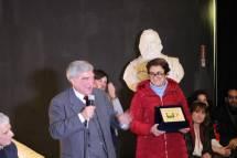 La prof.ssa Concetta De Meo la targa in suo onore e quella per il Liceo Manara