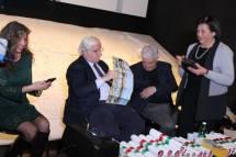 La medaglia ricordo ai relatori è consegnata da Giovanna De Luca