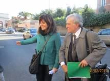 La prof.ssa Caterina Dolce segue con Enrico Luciani i movimenti della scolaresca