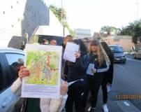 Una ragazza mostra la mappa dell'assedio