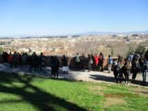 Uno sguardo su Roma, bellissima, mentre i ragazzi sostano lungo il muro della Costituzione del 1849