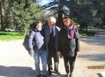Enrico Luciani tra le prof.sse Carolina Proietti e Anna Chiara Giacomi per la II E