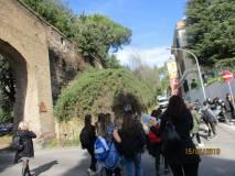 Da Villa Sciarra si sale per l'ottavo bastione; la dr.ssa Romaniello (sulla sinistra) controlla la pericolosa traversata