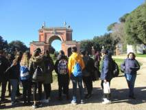 I ragazzi davanti all'Arco dei Quattro Venti, costruito sui ruderi di Villa Corsi chiamata anche Casale dei Quattro Venti