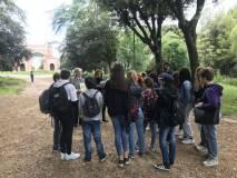 Enrico Luciani sul viale dei combattimenti del 1849 spiega e mostra l'ESERCITO della Repubblica romana
