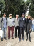 Con Enrico Luciani i proff. Stefano Tagliacozzo ed Ester Di Bella della II E . Sulla sinistra, Mario Testa e il prof. Massimo Passeri
