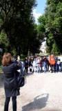 La prof. Ester Di Bella, assai contenta della visita, fotografa la classe II E nei pressi dell'Arco dei Quattro Venti
