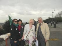 Una turista (da Mosca) si avvicina alla nostra postazione; pronti Enrico, Mariapaola e Giovanna