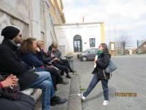 Mariapaola Pietracci Mirabelli parla delle donne della Repubblica Romana e delle Ambulanze. La prof.ssa Tiziana Di Crescenzo prende appunti