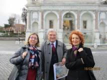 Enrico luciani tra le professoresse Laura Cannizzaro e Antonella Barresi della III F