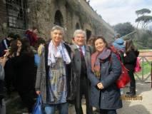 Enrico Luciani tra le professoresse Clara Sardella e Claudia Quarchioni della III E
