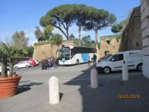 Arriva il pullman a largo Porta San Pancrazio, proprio vicino al Museo della Repubblica romana