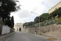 Di corsa per arrivare al secondo turno d'ingresso al Museo: sulla destra Villa Aurelia, nel 1849 Q.G. di Garibaldi