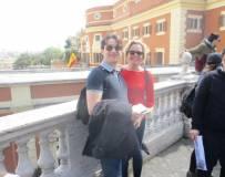 Ci saluta con simpatia un veneziano felice con la sua ragazza viennese: bella coppia
