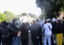 Noemi Grimaldi spiega i luoghi: alle sue spalle il Vascello e Porta San Pancrazio