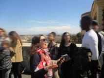 Al panorama di Roma la prof.ssa Carmen Faggiano con i ragazzi: la prof. ssa insegna spagnolo e proprio lì c'è l'Accademia di Spagna e il liceo Cervantes