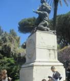 Il monumento a Ciceruacchio con il figlio Lorenzo