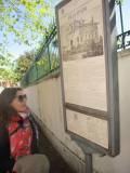 La prof.ssa Carmen Faggiano legge il pannello illustrativo Villa Spada