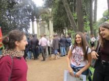 La restauratrice Francesca Mariani, prima di salutare, dà consigli a Clara e Sofia Luciani davanti al monumento dei caduti francesi