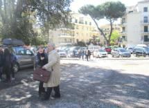 Arrivano le classi, e subito Luciani saluta calorosamente la prof.ssa Adriana Falcone