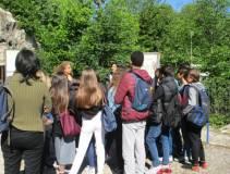 Noemi Grimaldi subito con la classe II D a spiegare i luoghi dei combattimenti, la battaglia e gli edifici allora esistenti