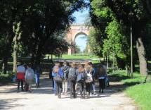 Daniela Donghia con la classe II E sul viale dei combattimenti verso l'Arco dei Quattro Venti ricostruito sui ruderi di Villa Corsini