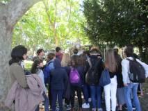 Con la prof. Isabella Pagliei la II D osserva Colomba Antonietti, unico busto femminile del Parco