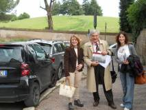 Enrico Luciani tra la prof. Ida Iannazzo, sulla sinistra, e la prof. Arianna Capuzzo sulla destra