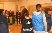 La Mini Mostra nella nostra  sede: le proff. Arianna Capuzzo, Ida Iannazzo, e la sopraggiunta Silvana Focosi, seguono le spiegazioni di Enrico Luciani