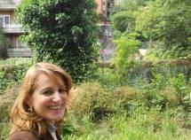 La prof.ssa Ida Iannazzo guarda la fine di Vicolo Vicinale di oggi